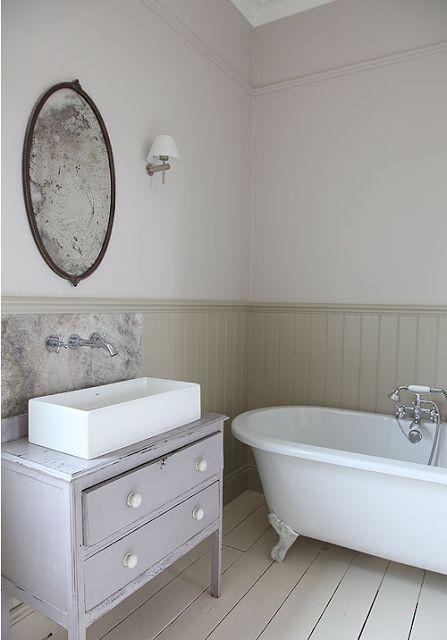 une salle de bians au style vintage dans uen maison de charme (meuble chiné en guise de meuble, une baignoire sur pied #bathroom