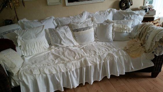 Sofa mit Überwurf und Spitzenkissen :-)