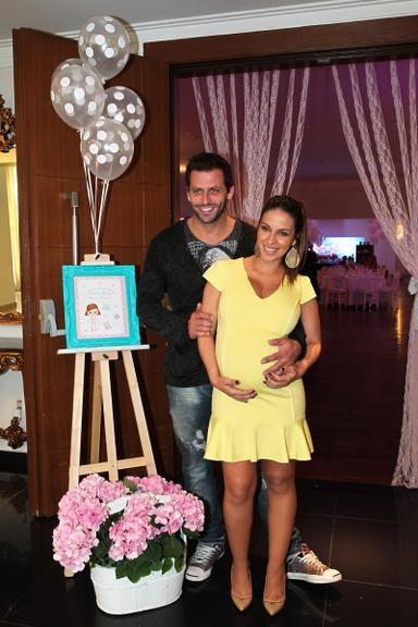 Henri Castelli e Juliana Despirito fazem chá de bebê para a filha