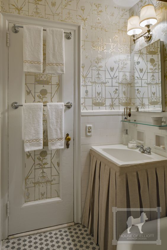 Small bathroom with Un Reve de Chine wallpaper by Meg Braff