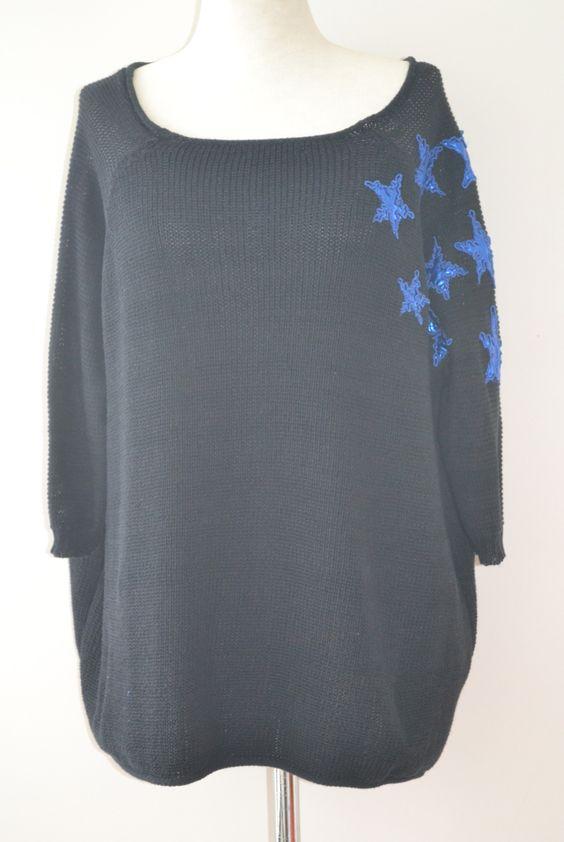 Sweater de algodón con apliques bordado en satén de estrellas. Colores: natural, amarillo cítrico, y negro.