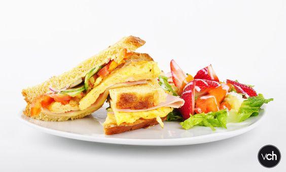 Sandwich de jamón, huevo y ensalada rose para acompañar