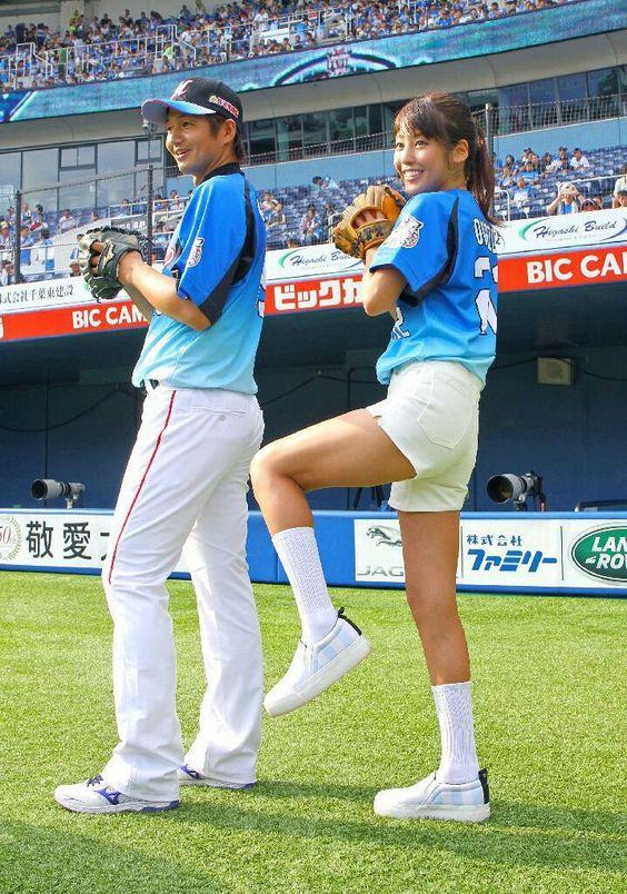 選手の横で練習する岡副麻希の美人でかわいい画像