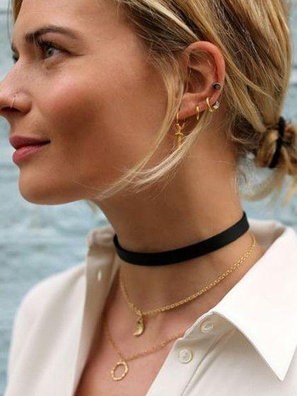 Trend und Trend gesellt sich gern: Bloggerin und Modejournalistin Pandora Sykes kombiniert zum Kropfband den 90er-Jahre-Nasenring und Ohrenpiercings.