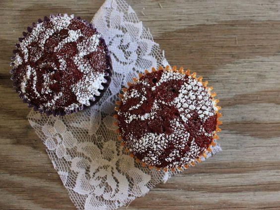 Cupcakes mit Spitze und Puderzucker verzieren