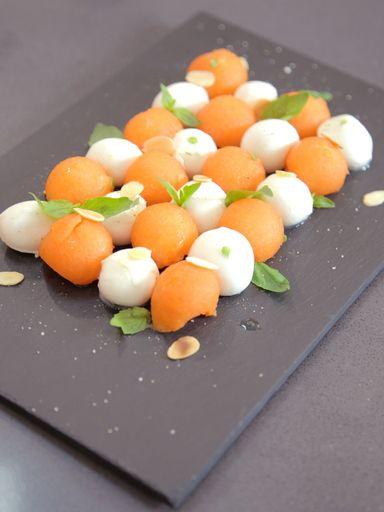 Melon et Mozzarella au basilic frais : Recette de Melon et Mozzarella au basilic frais - Marmiton