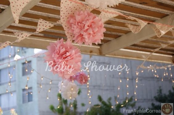 Pompones de papel , banderines y luces blancas... Ideal para un baby shower!