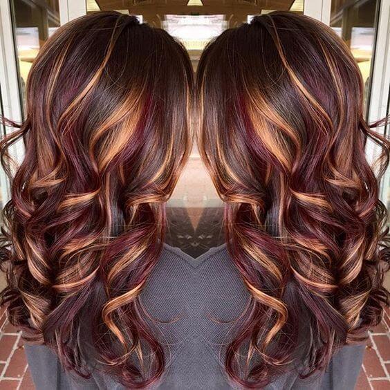 25 Най-добри идеи за прическа за кафява коса с акценти: вълнообразна светлокафява коса със златисто блондинка и тъмно червено акценти
