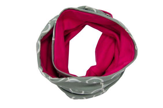 Loopschals sind in den letzten Jahren ein unverzichtbares Accessoire geworden – nicht ohne Grund: Das Herunterhängen von langen Schals ist alles andere als alltagstauglich für Kinder.   Unsere Variante dieser praktischen, zweifärbigen Alternative kann hervorragend zu den übrigen Kleidungsstücken kombiniert werden.