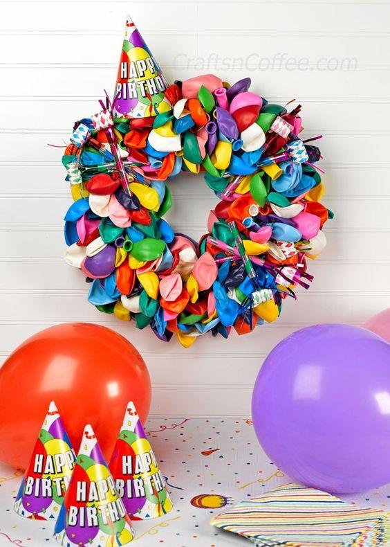 Cute for a party! DIY a Balloon Wreath on CraftsnCoffee.com.