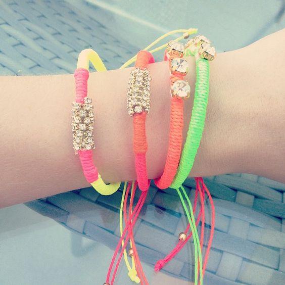 Sophia Abrahão investe muito nos acessórios. Afinal eles dão charme ao look não é??! Olha esse mix de pulseiras.