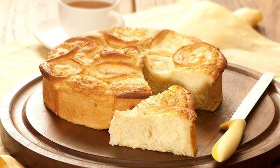 . 1 lata e leite condensado   - . 1 pacote de coco seco ralado (100 g)   -   - Massa   - . 1 ½ tablete de fermento biológico fresco   - . ½ colher (sopa) de açúcar   - . ½ xícara (chá) de água   - . 150 g de batata-doce sem casca, cozida e amassada   - . 1 ovo   - . 2 colheres (sopa) de margarina   - . ½ colher (sopa) de óleo de girassol   - . ½ xícara (chá) de açúcar   - . 2 colheres (sopa) de leite em pó   - . 2 ½ xícaras (chá) de farinha de trigo