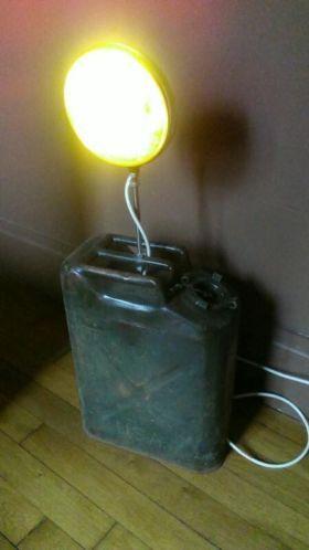 lampe r alis e avec un jerrican de l 39 arm e am ricaine un. Black Bedroom Furniture Sets. Home Design Ideas