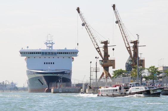 Fähre im Hafen von Venedig