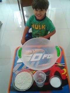 Brincando e Criando filhos: Fazendo Massinha Como amanhã é dia de faxina, hoje...