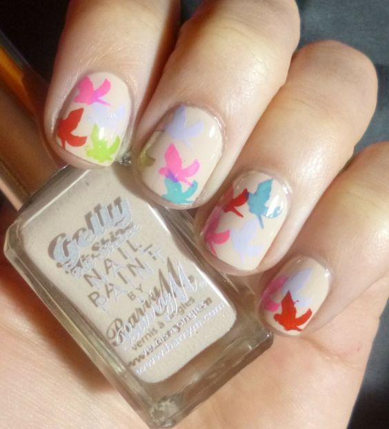 Fröhliche Motive in Pastellfarben verzieren die Fingernägel