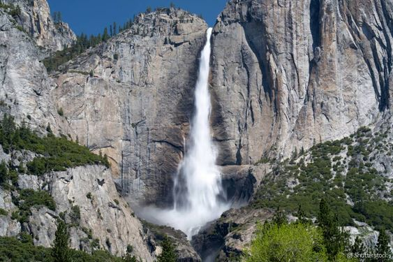 Yosemite (Estados Unidos) - Com uma queda de 739 metros, Yosemite Falls consiste, na verdade, em três quedas: superior, média e uma mais baixa. De acordo com o serviço do parque Yosemite, a melhor época para uma visita é durante a primavera, quando a paisagem e torna ainda mais bela. Estando no local, não deixe de explorar os arredores do parque, que tem vistas belíssimas.