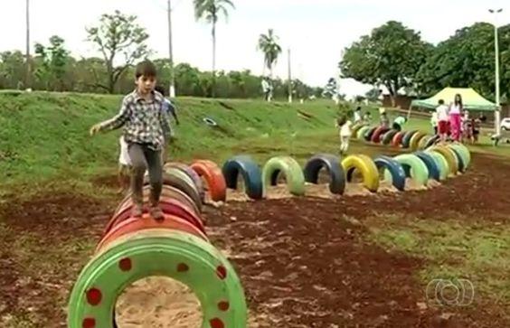 Crianças brincam em brinquedo feito com pneus reaproveitados em Jataí,  Goiás (Foto: Reprodução