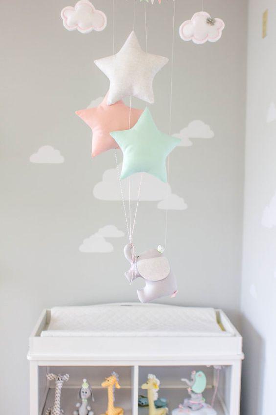 Elefante y estrellas bebé móvil tema de viaje por sunshineandvodka