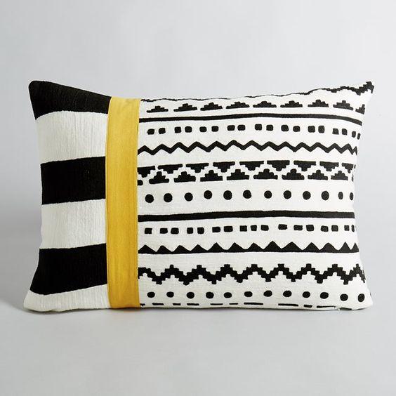 Housse de coussin Alazie AM.PM : prix, avis & notation, livraison. Un superbe motif graphique.Coloris noir et blanc, avec une bande jaune.100 % coton. Dessus entièrement brodé. Fermeture zippée invisible. Dim. 60 x 40 cm.