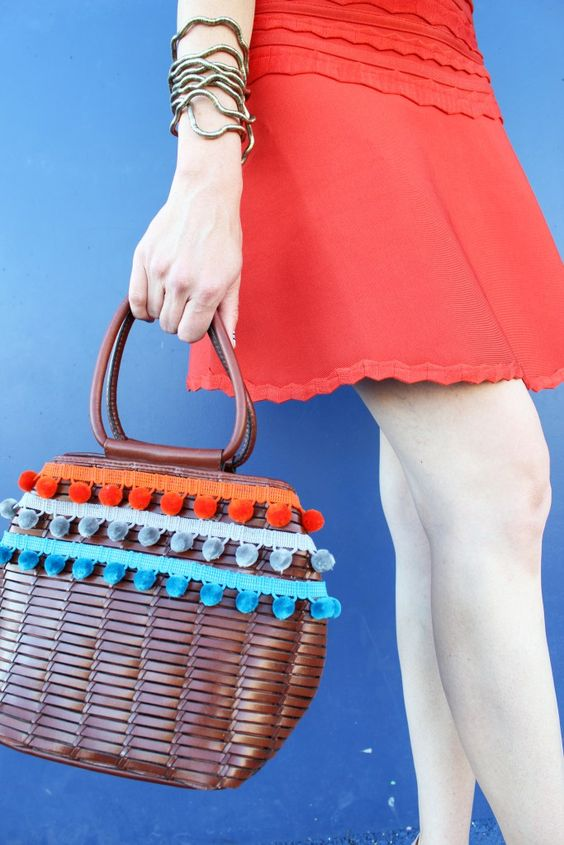 MAKE THIS Woven Pom Purse with this super easy DIY Tutorial.