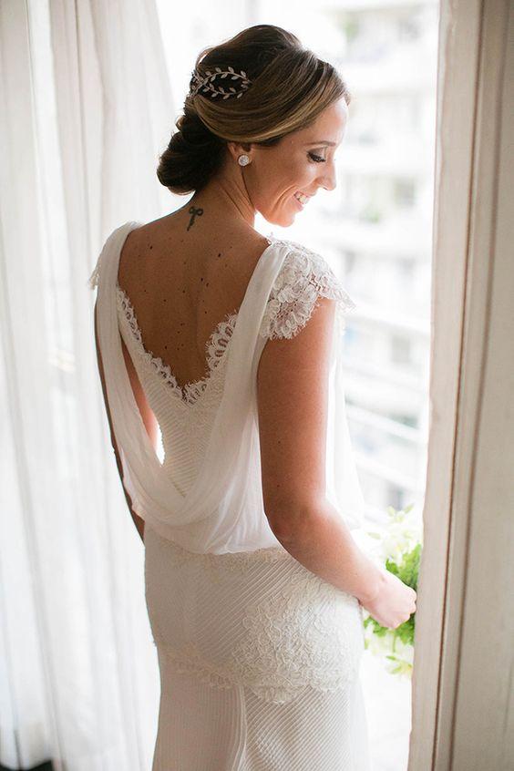 Vestido de noiva boho de renda com mousseline - decote dégagé nas costas ( Vestido: Trinitá | Foto: Daniela Picoral ):