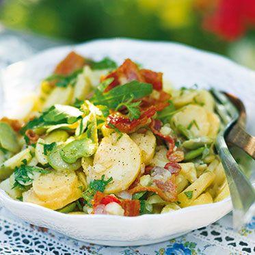 Kartoffelsalat mit dicken Bohnen und Rucola Rezept | Kein Sommer ohne Kartoffelsalat! Farbenfroh und superlecker ist diese Variante des Klassikers. Besonders würzig wird der Salat durch den knusprigen Speck.