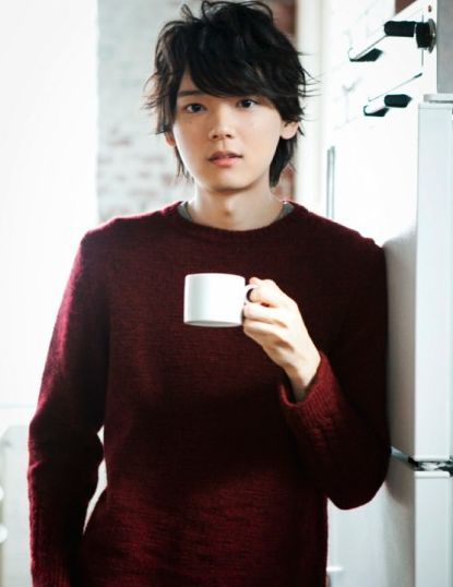 カップを持つ古川雄輝のかわいい画像