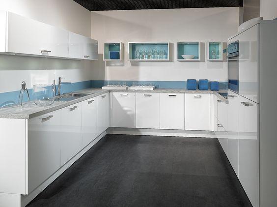 Une cuisine pur e graphique et d 39 une bancheur for Cuisine amenagee bleue