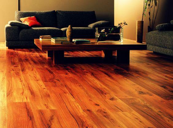 El cuidado y la limpieza de un piso de madera puede parecer muy complicado, aquí te damos algunos tips como usar cera o aspirar frecuentemente para que logres un piso hermoso que conserve su color y textura. Anímate y siguie estos sencillos consejos…