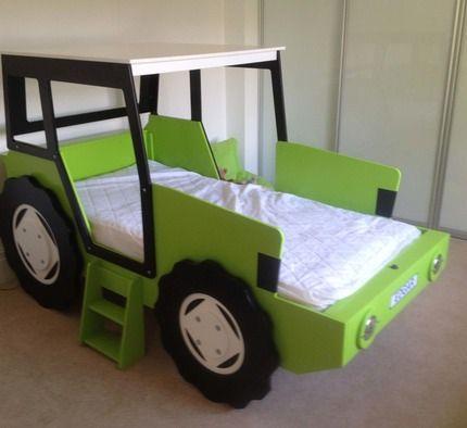 Kinderbett junge traktor  Kinderbett im Aussehen eines roten Traktors.   rote Autobetten ...
