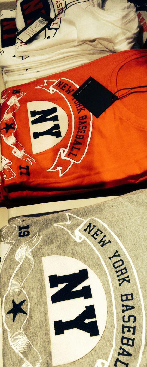 New York scheint ein sehr beliebtes T-Shirt-Motiv hier in Deutschland zu sein! In nahezu jedem Laden existiert mindestens ein Kleidungsstück mit NEW YORK Bezug.  www.loveny.de #nyc #ny #newyork #newyorkcity #loveny #shirts #tshirts