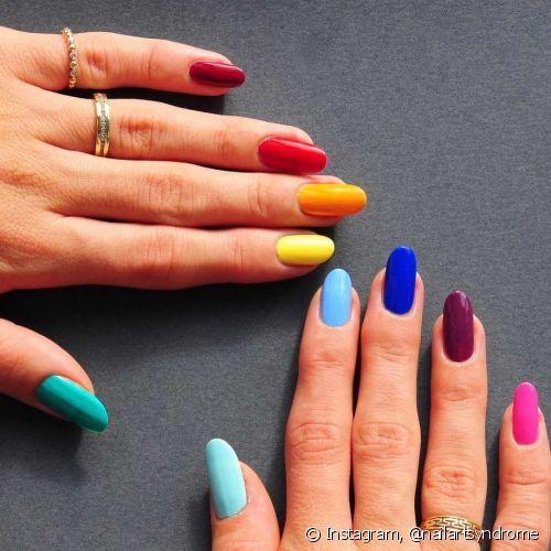 A nail art colorida com uma unha de cada cor ajuda a deixar o visual perfeito para a folia (Foto: Instagram @nailartsyndrome)