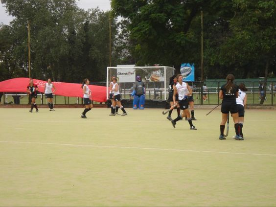 La Escuadra de Hockey de la Universidad Siglo 21 compitiendo contra el Tala R.C. Vamos Chicas 21!!
