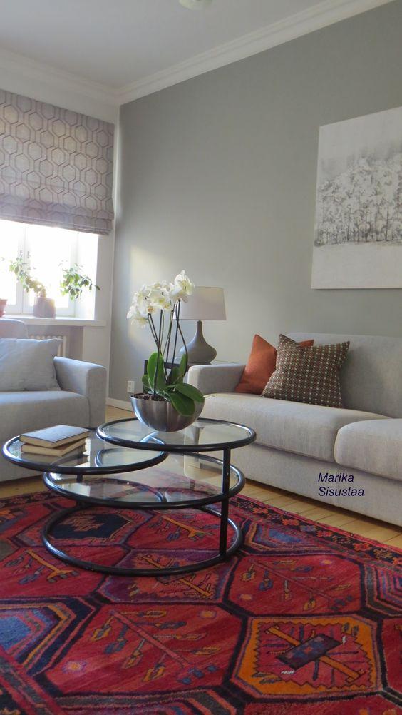 Harmaa olohuone, valkoinen, vaalea, itämainen matto, musta, moderni sisustus,
