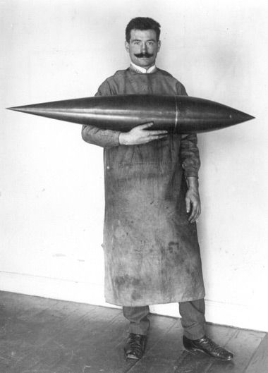 Experimental studies on a  balloon model 4 with the technician Otto Kreutz before the test in the Göttingen wind tunnel (1911). Picture: DLR Göttingen archive.