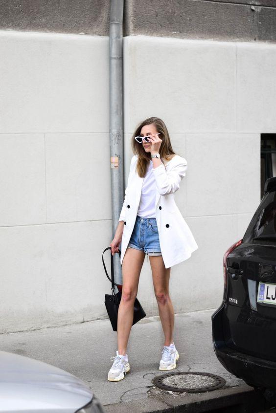 Comment porter les baskets ? - Sleepy Kate Porter les baskets avec un blazer et une short en jean #style