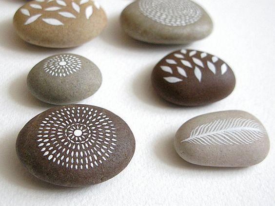 Luft und Erde Sammlung von 8 bemalte Steine von NatashaNewtonArt