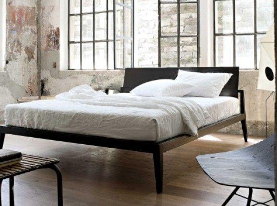 Il #letto Theo è l'abbinamento perfetto tra la ricchezza e il calore del legno con la pulizia formale delle linee sobrie ed eleganti. Il dettaglio della testiera, più sottile, in armonico contrasto con la struttura interrompe la linearità delle forme.