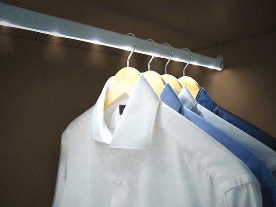 Instala barras de LEDs en el interior de los armarios para una perfecta iluminación.