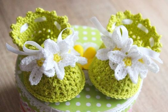 These cute little crochet baby booties look adorable on the little feet of your baby. The pattern is very detailed. It comes with easy to follow written instructions and photo tutorial. The photo tutorial contains many helpful step-by-step pictures to ma: