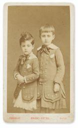 Livres et Manuscrits | Sotheby's121 [PHOTO]. MARCEL ET ROBERT PROUST EN COSTUME ÉCOSSAIS. [MARS 1878 ?]. Estimation   2,000 — 3,000 Lot vendu   6,875