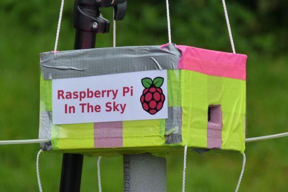 Raspberry Pi (fast) im Weltraum - Der neue Mini-Computer Raspberry Pi ist momentan in aller Munde und dank seinem Preis von nur 25 Dollar momentan auch in viele Bastelprojekte involviert. Ein britischer Hobbyflieger ließ nun einen Raspberry Pi an einem Wetterballon in eine Höhe von 40 Kilometer aufsteigen. Während seinem Flug übermittelte der Computer Livebilder und Telemetrie-Daten.