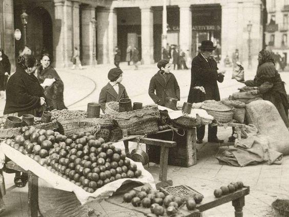 Puesto de comida en la Plaza Mayor de Madrid, permitidos solo durante las Navidades 1928