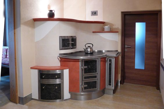 Wood cook stove attached to masonry heater - kachelofen mit herd