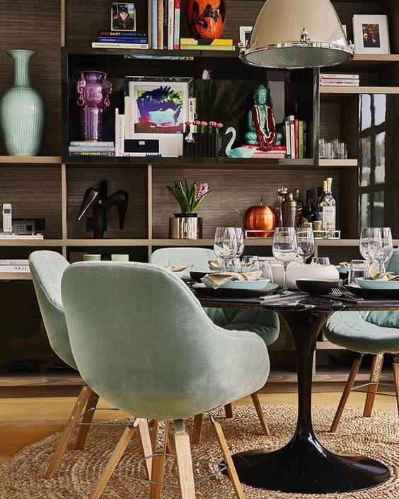Living | Sala de Jantar | A estante, além de servir de apoio, funciona como um painel exibidor, deixando à mostra coisas pelas quais se tem apreço | Projeto Felipe Diniz