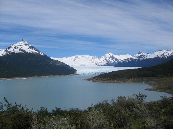 El imponente Glaciar Perito Moreno a lo lejos