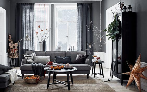 Lys stue med en stor u formet sofa til ni personer, dekket med ...