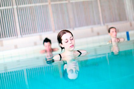 Trabaja tu fuerza y resistencia muscular en la piscina del gimnasio Onfitness con nuestras clases de aquagym.