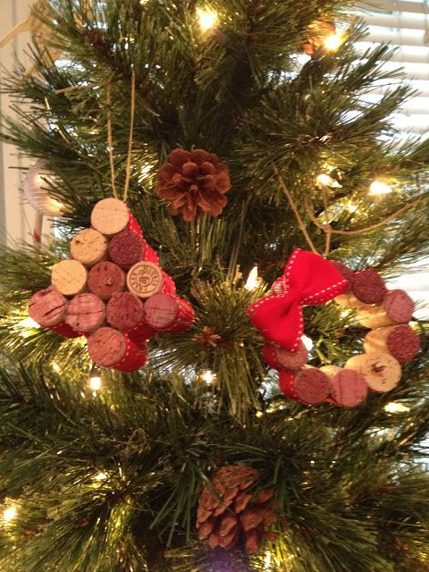 DIY Wine Cork Tree & Wreath Ornaments  #DIY #wine #crafts
